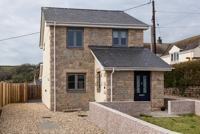 Welcome to Craddocks Cottage, located in the heart of Mousehole.