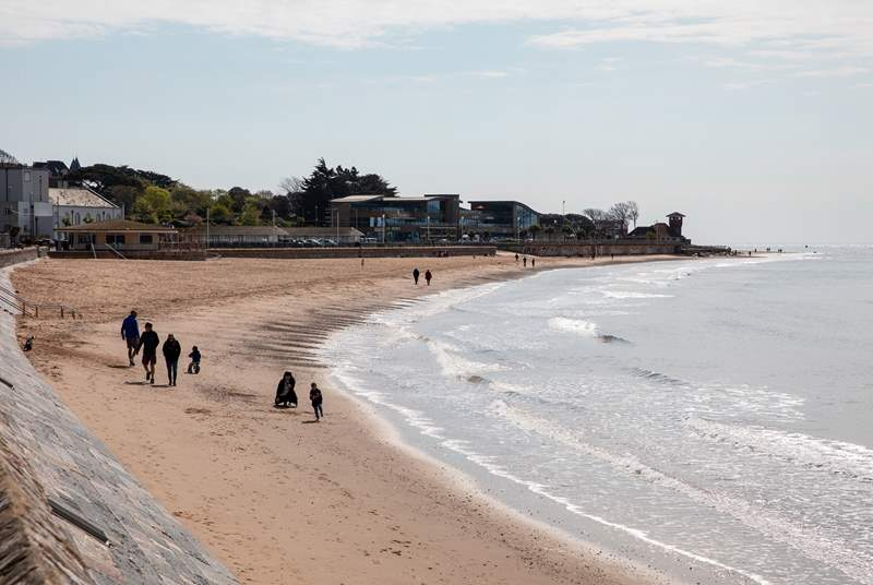 The sandy beach of Exmouth is only 150 yards away.