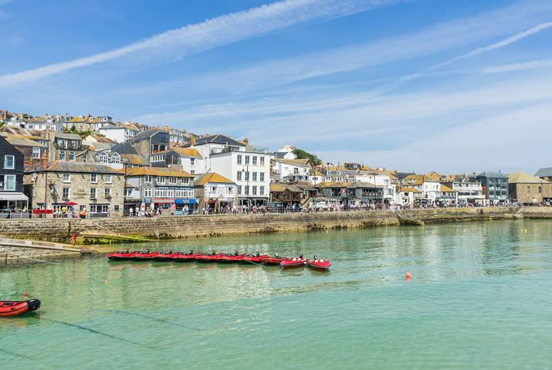 The town of St Ives is a short drive away.
