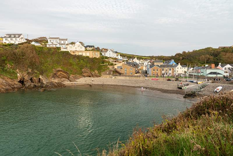 The pretty seaside village of Little Haven is very nearby. Try the fresh seafood & tasty menu in The St. Brides Inn.