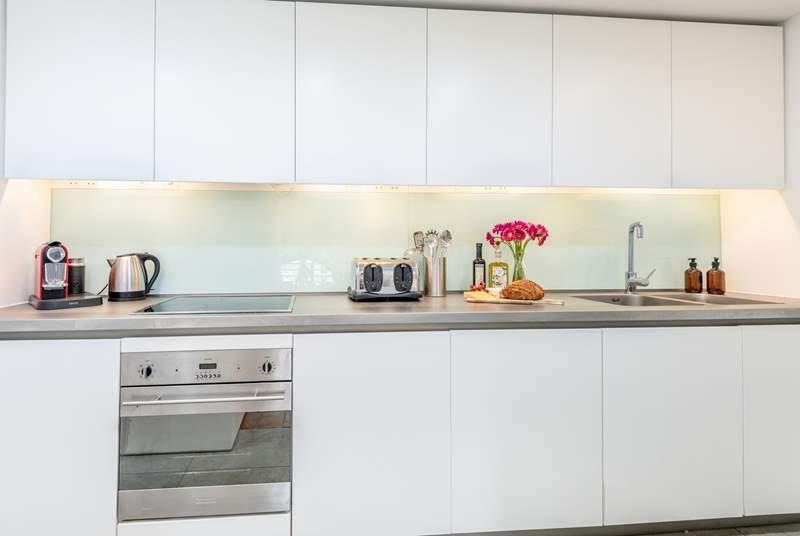 The modern kitchen is supplied with all you'll need for your stay in Plymouth.