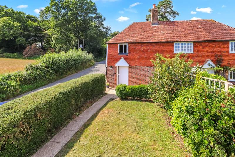 Holton Cottage is set in the High Weald Area of Outstanding Natural Beauty, a short walk from the village of Burwash.