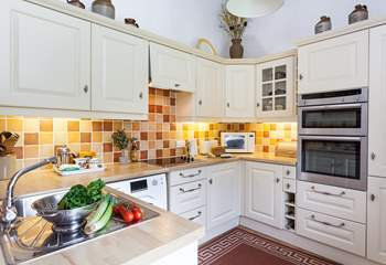 The beautiful kitchen is very well-equipped.