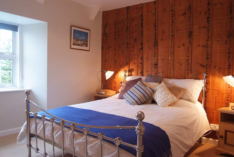 The second double bedroom on the first floor has a comfortable king-size bed, en-suite shower-room and overlooks the lovely garden (Bedroom 4).