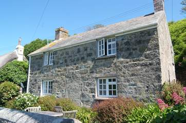 This pretty detached cottage sits in one of the best positions in Cadgwith overlooking the cove.
