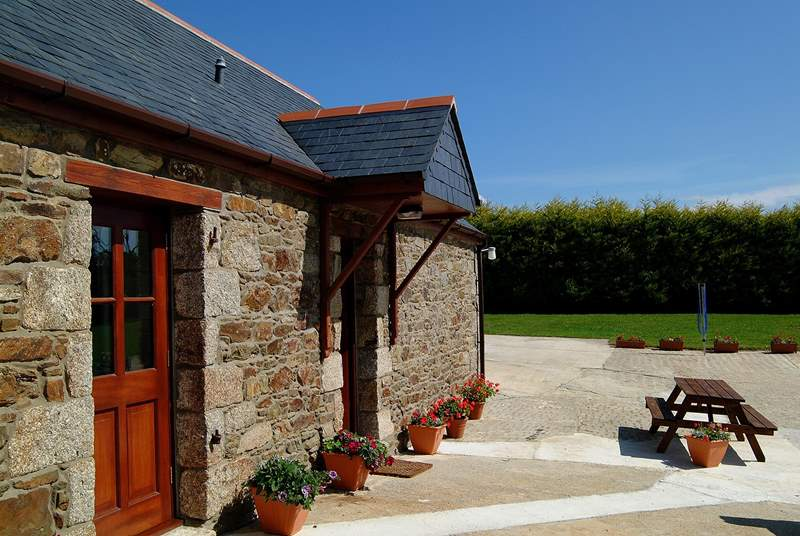 The sheltered patio-area outside the cottage.