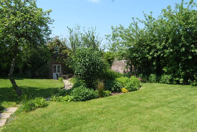 Fig Tree Cottage is tucked away in its own beautiful walled garden. The setting is exceptionally sheltered and private.