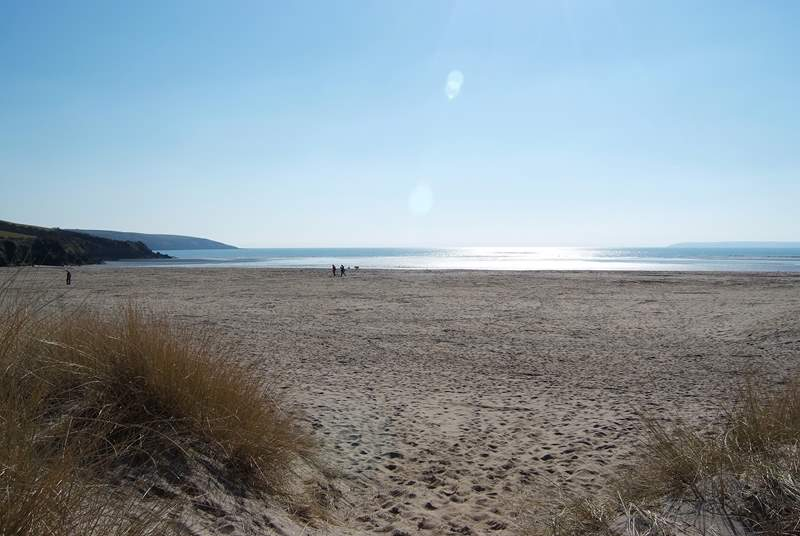 Par sands is easily accessible with a car park right next to the sand dunes.