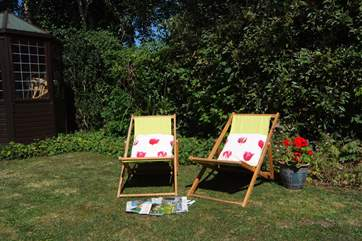 There is a lovely garden-area with a summerhouse, deck chairs and a barbecue.