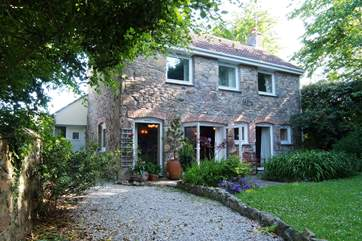 Coth Skyber is a pretty, private and detached cottage set back from the road in a quiet village with coaching inn and local shop.