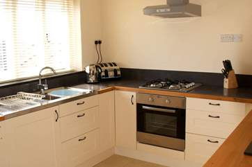 The well-equipped kitchen-area.
