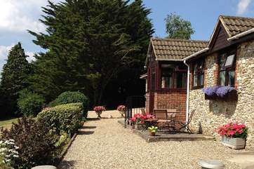 Wadsbury Farm Cottage is in a hilltop position with wonderful panoramic views.