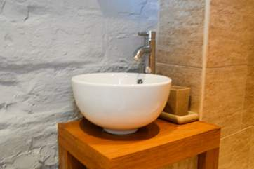 A little ceramic basin in the shower-room.