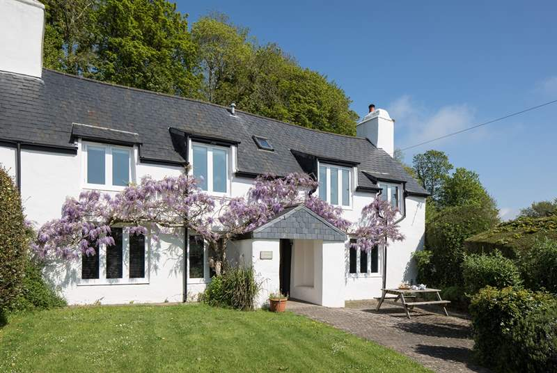 Jasmine Cottage is such a pretty cottage.