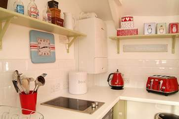 The bright and stylish colour scheme is continued in the kitchen-area.