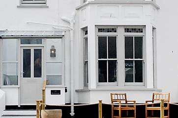 Anchorage nestles in amongst its elegant neighbours in the popular terrace overlooking Port Gaverne.