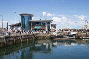 Plenty of fabulous restaurants line up around the harbour.