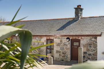 Anskyber is a single storey cottage sits in a large open courtyard with parking to the front.