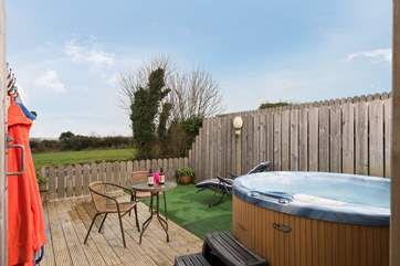 Poppy's hot tub and deck is a short stroll across the courtyard.