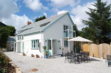 Light and spacious Scott's Cottage has a sunny south-facing gravelled patio garden with lovely countryside views.