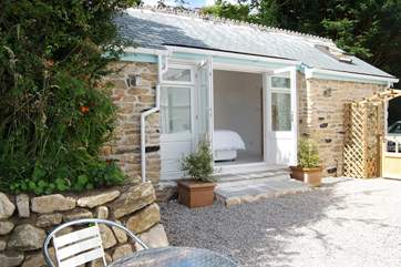 The detached annexe has glass doors opening onto the gravelled patio.