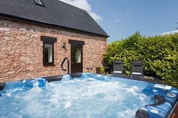 Back to the highlight of the property - this super size hot tub in its own private garden-area. The Owner provides you with towels and there are even sun-chairs for wonderful lazy summer days.