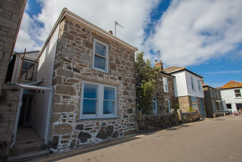 Pender Cottage is set on the harbour front in Mousehole.