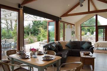 Large window walls open onto the garden.