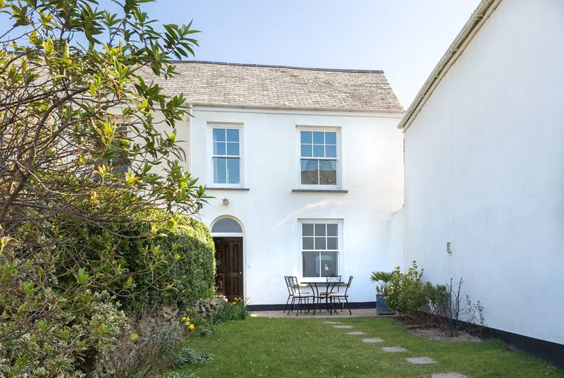 2 Bar View is a beautifully presented period house with the sand dunes and beach just a few steps away across Marine Parade.
