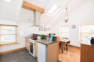There is a central cooker hood suspended above the hob - tall people please be aware!