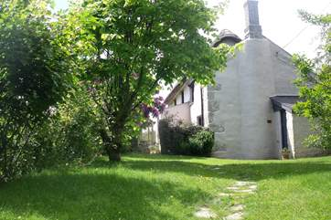 Higher Prospidnick Cottage is a pretty Grade II Listed thatched cottage.