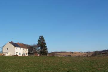 Meadowbank (formerly known as 2 Hingsdon Cottages) is one of a pair of farm cottages, in a stunning hilltop position, with a large enclosed garden and fabulous open views.