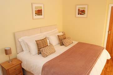 This double bed (6') can be changed into two single beds (Bedroom 2).