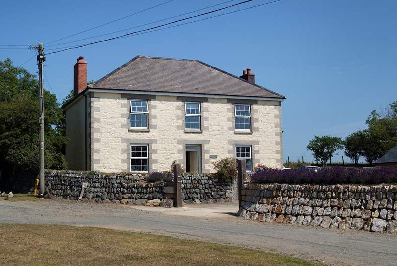 Roskorwell Manor is a lovely period farmhouse set on the hill just outside the seaside village of Porthallow, on the eastern side of the Lizard.
