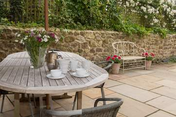 The courtyard behind the cottage is very sheltered and private. There is a large outside table for al fresco meals, reading the paper, and planning the day.