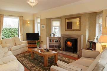 The beautiful sitting-room effortlessly combines comfort and cosiness.