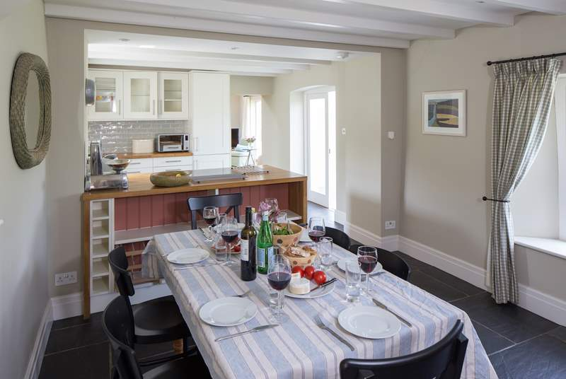 Plenty of space for a relaxing meal around the dining-table.