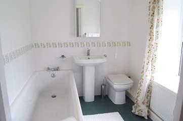 The en suite bathroom to the master bedroom.