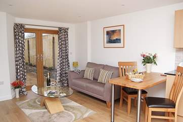 The spacious living-room in Whitsand.