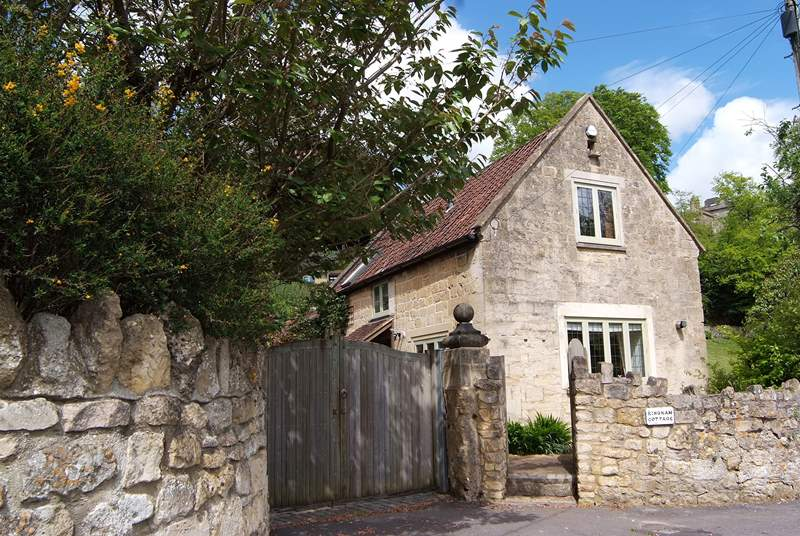 Kingham Cottage is a beautiful period detached stone cottage with lovely views.