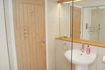 ... and here is the en suite shower-room!