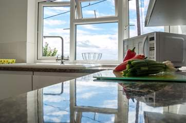 Prepare a meal with a view of the sea between the houses.