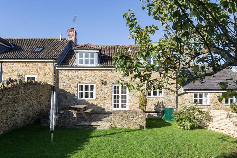 Barn Owls Cottage is converted from an 18th Century stone barn and has a fully enclosed mature garden.