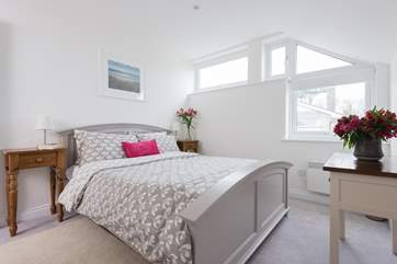 The fabulous double bedroom wtih king size bed.