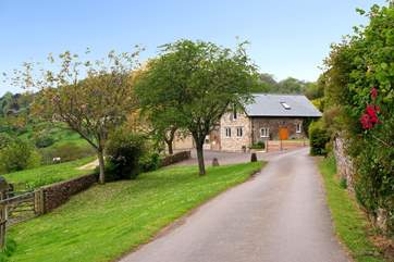 Smugglers Cottage is down a wonderful long farm driveway and has panoramic valley views - just a couple of miles from Branscombe's gorgeous jurassic beach