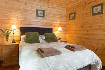 A very cosy and welcoming room to have a great night's sleep after a day of fresh air.