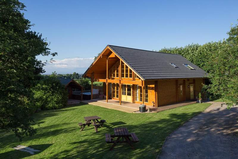 Coombe Lodge is a stunning, spacious Scandinavian style lodge property with a large level garden, hot tub and sauna !