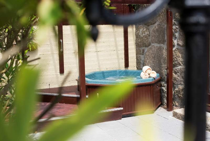 The hot tub on the terrace at Bew Cottage.