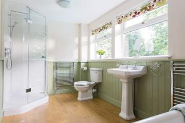 The fabulous en suite bathroom to the master bedroom.