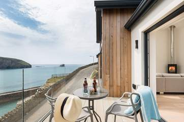 Enjoy views of cliff, sea and sky at every moment.